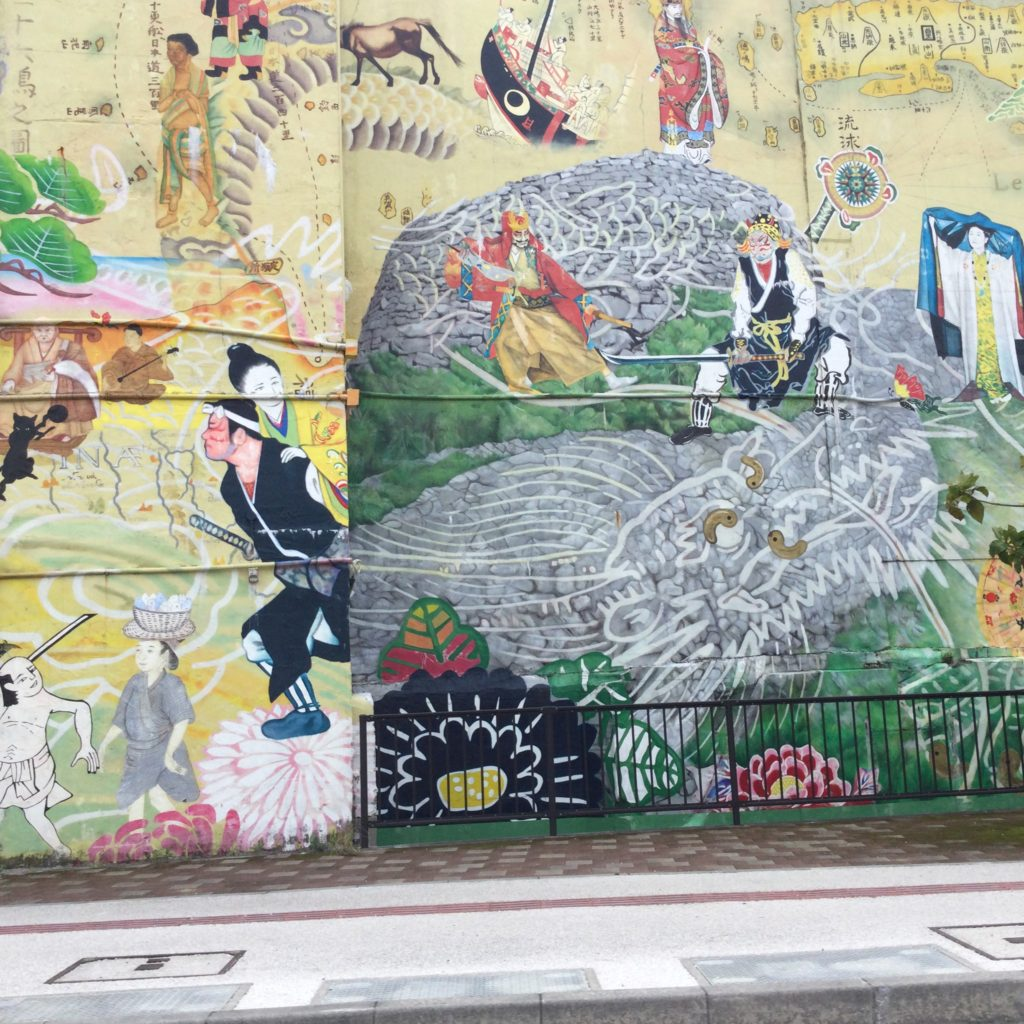 コザ十字路にある壁画は何が描かれているの?